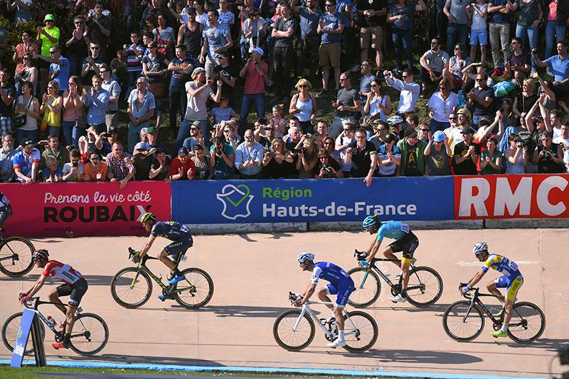 Paris - Roubaix, Piet Allegaert in wiel afscheidnemende Tom Boonen